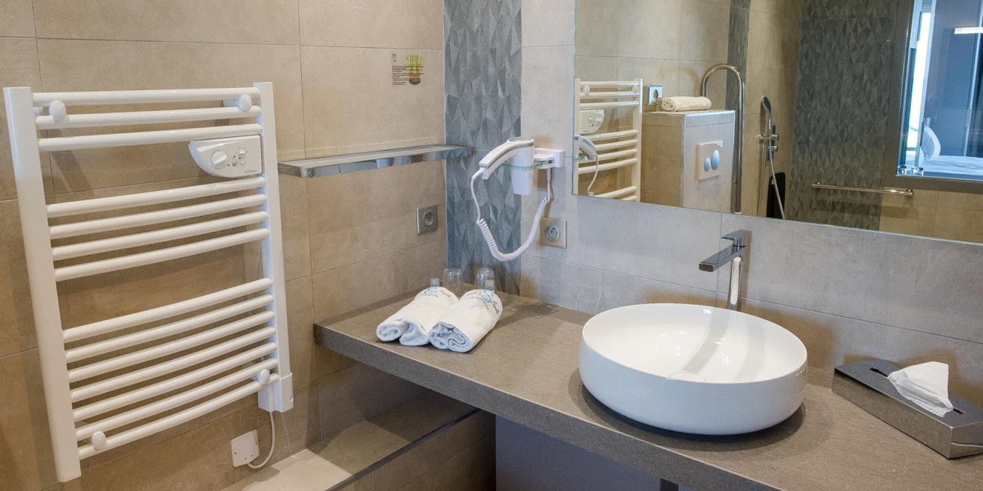 Hotel Cala di Sole Ajaccio Corsica Frankrijk badkamer tweepersoonskamer type terras