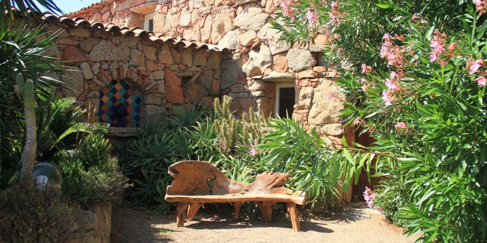 Ferme Auberge Domaine de Piscia Figari Corsica Frankrijk bakje hout natuur sfeer