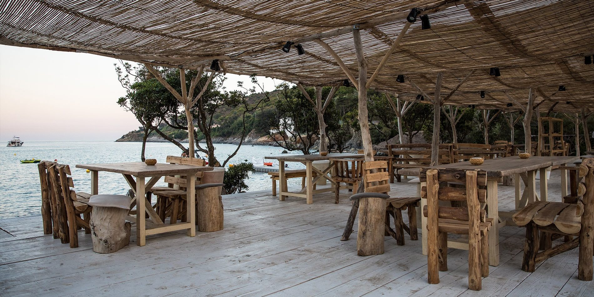 Hotel Misincu Cagnano Cap Corse Corsica Frankrijk beach club terras zonwering zonsondergang