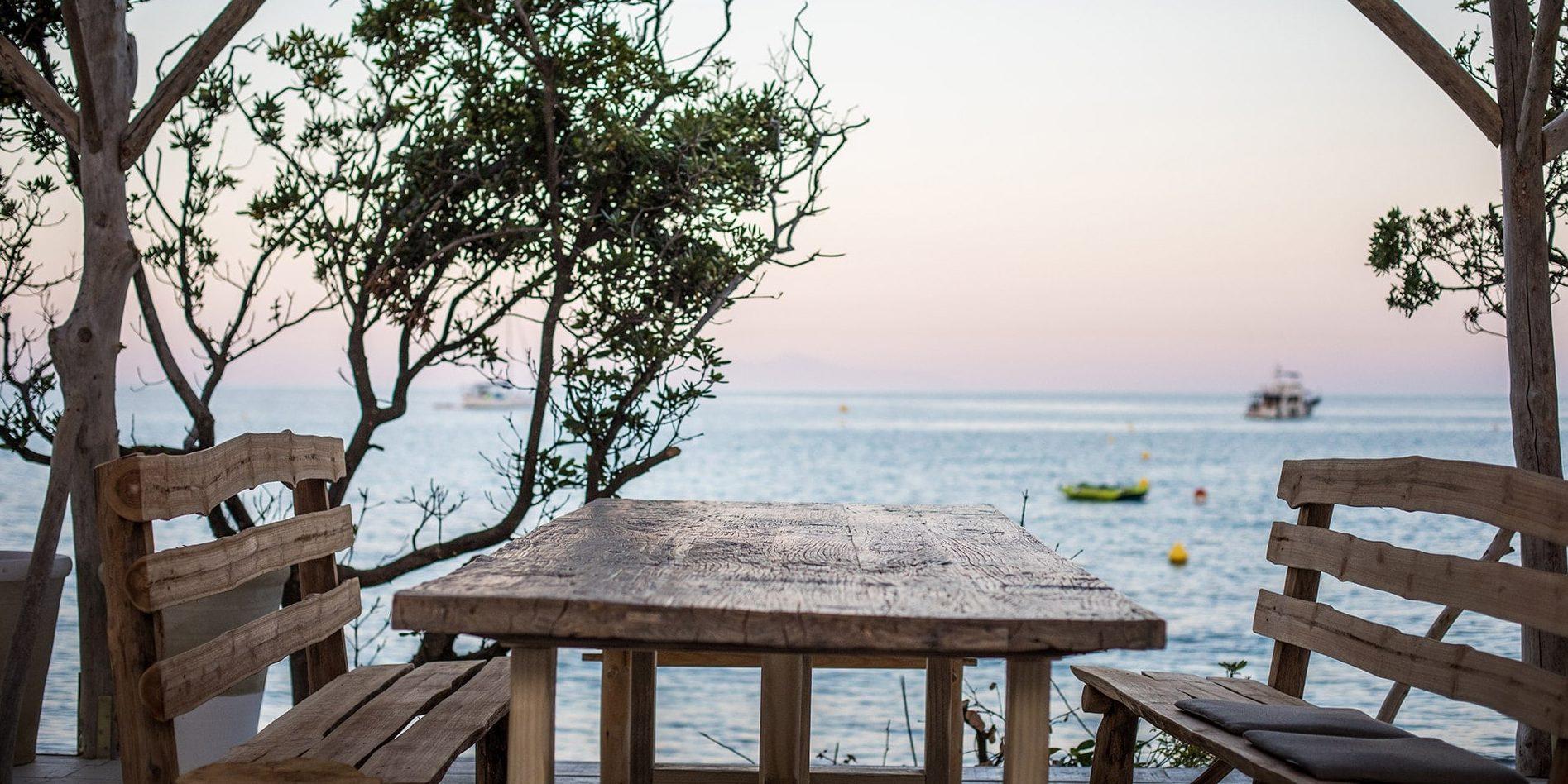 Hotel Misincu Cagnano Cap Corse Corsica Frankrijk terras aan zee boten