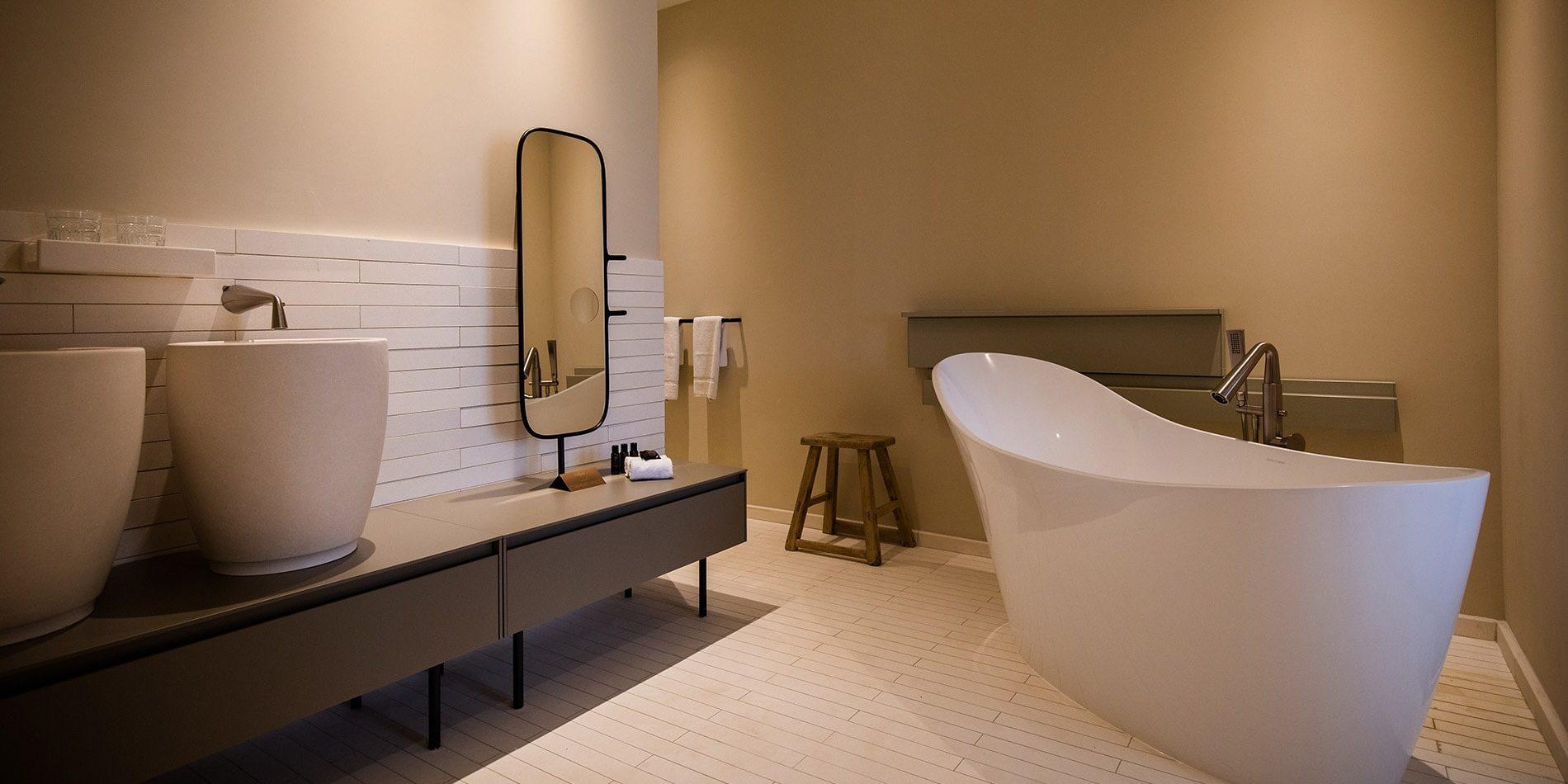 Hotel Misincu Cagnano Cap Corse Corsica Frankrijk badkamer bad spiegel amenities