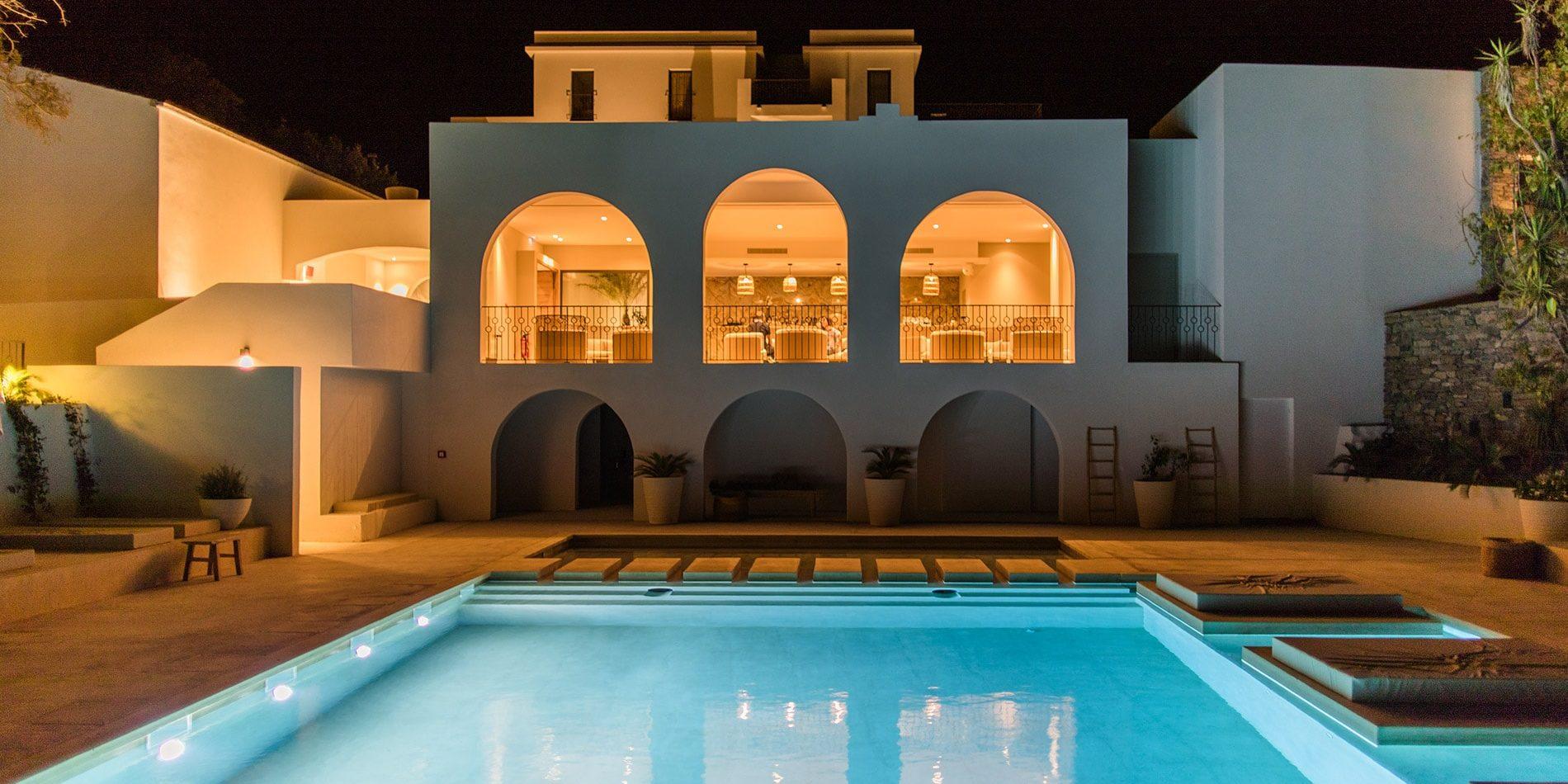 Hotel Misincu Cagnano Cap Corse Corsica Frankrijk zwembad avond