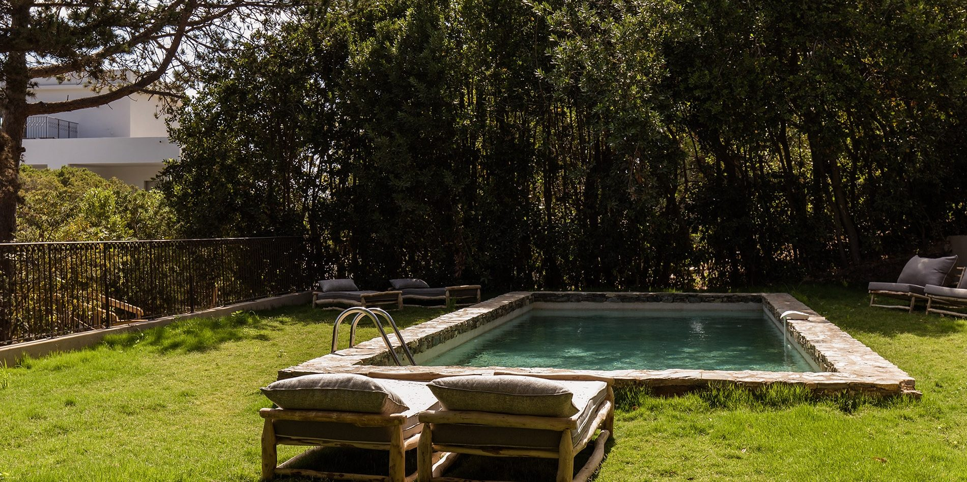 Hotel Misincu Cagnano Cap Corse Corsica Frankrijk privézwembad ligbedden tuin