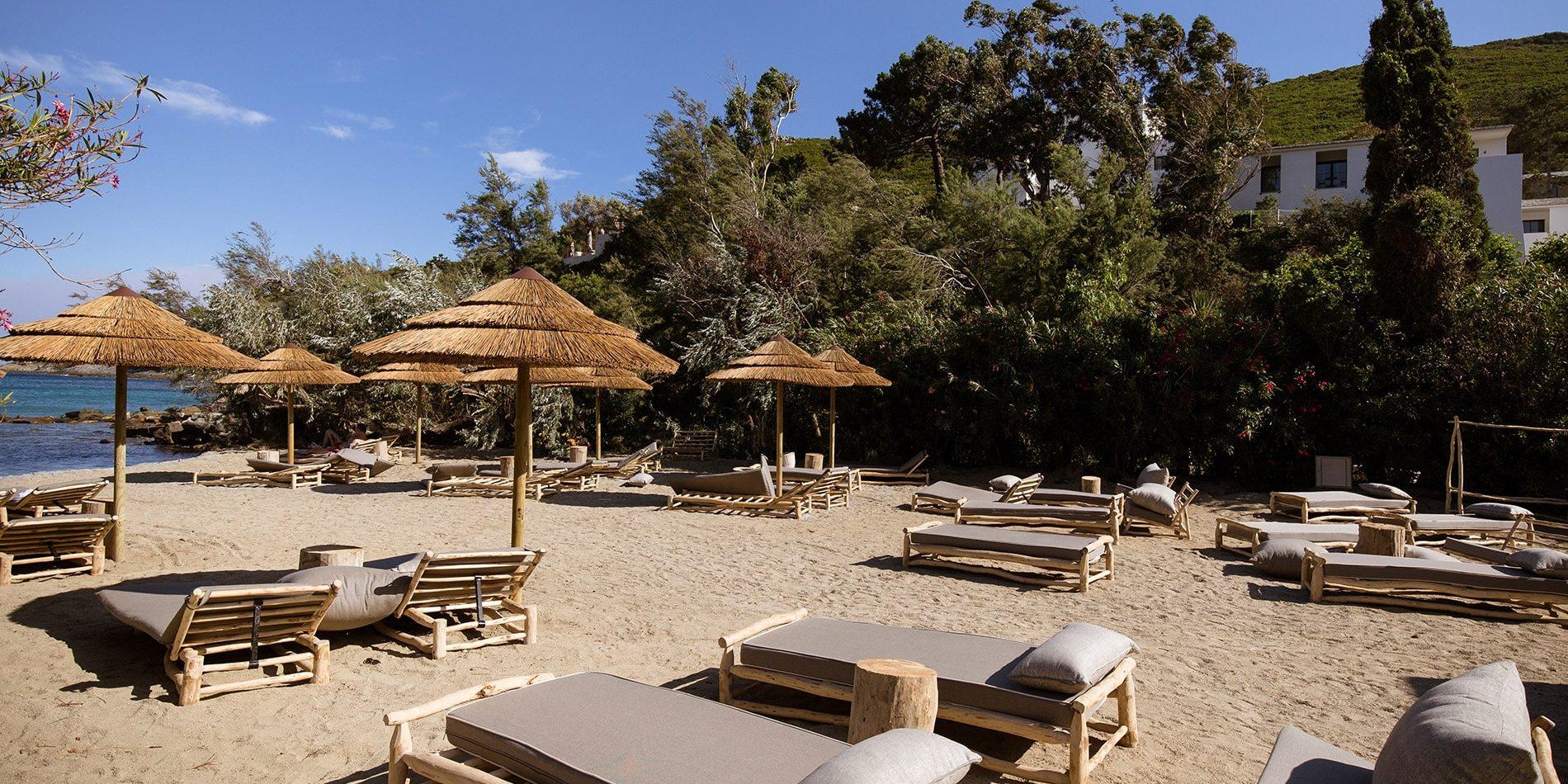 Hotel Misincu Cagnano Cap Corse Corsica Frankrijk privéstrand parasols zee ligbedden paillottes