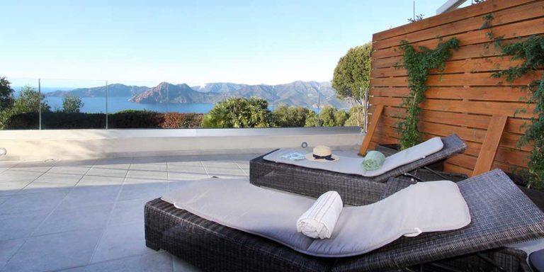 Hotel Scandola Piana Corsica Frankrijk terras ligbedden uitzicht calanques