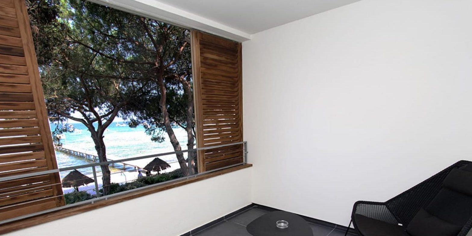 Hotel Moby Dick Porto-Vecchio Corsica Frankrijk loggia zeezicht Plage de Santa Giulia pier