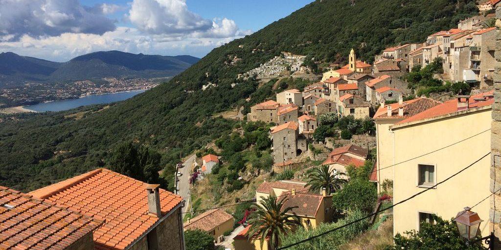 Olmeto Corsica Frankrijk dorp kerk klokkentoren strand zee baai