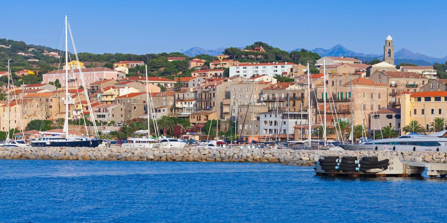 Propriano Corsica Frankrijk haven plezierjachten zee kerk klokkentoren