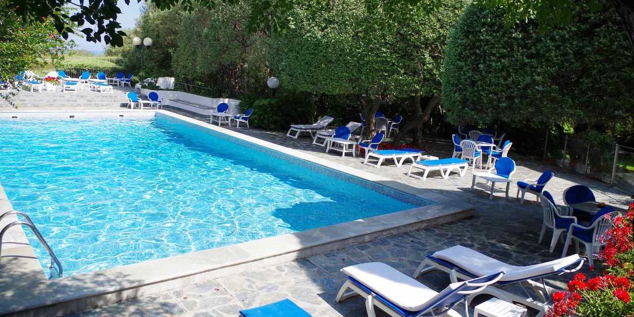 Hotel Pietracap Bastia Corsica Frankrijk zwembad ligbedden