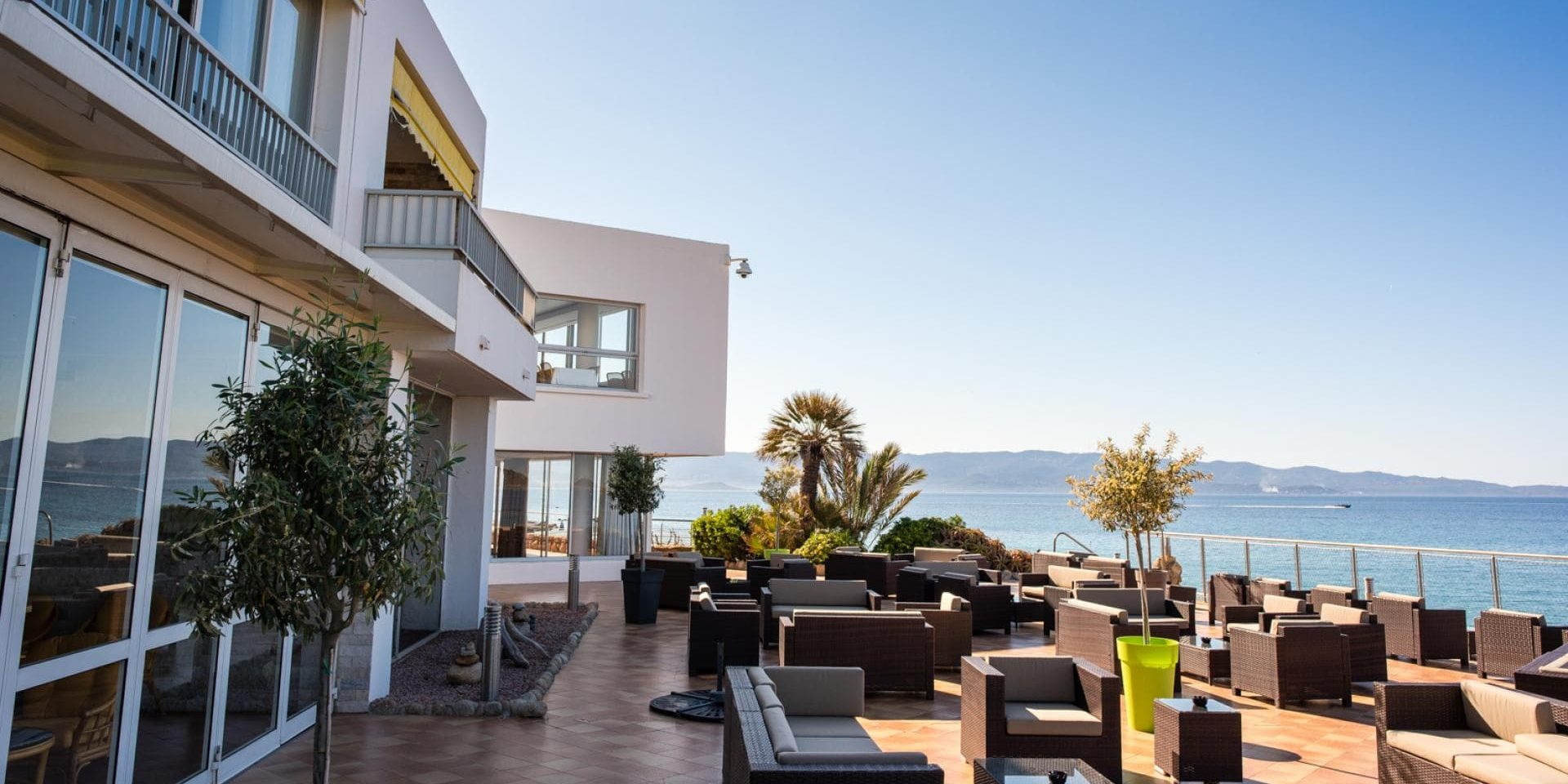 Hotel Cala di Sole Ajaccio Corsica Frankrijk lounge terras zeezicht achterzijde