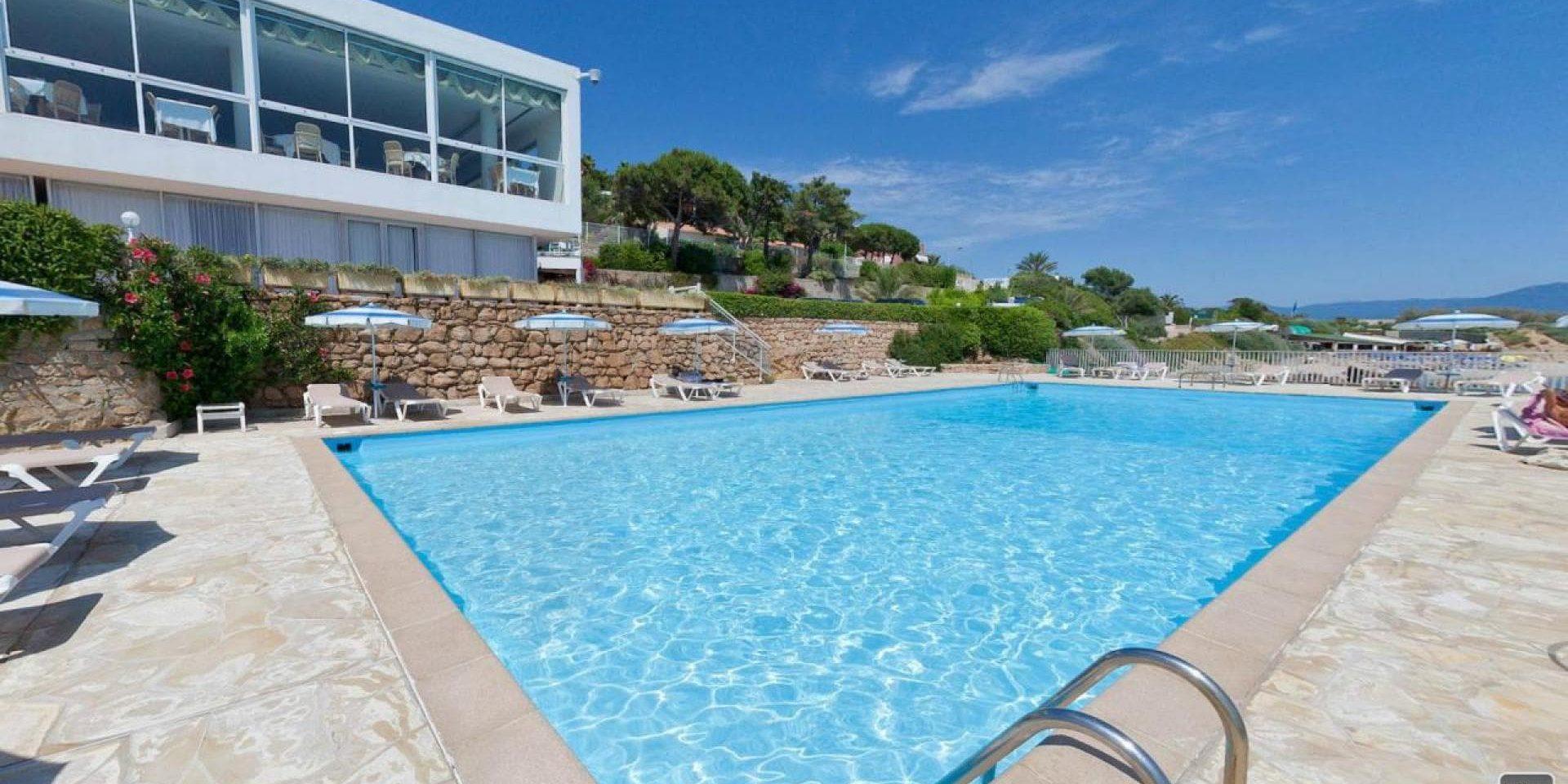 Hotel Cala di Sole Ajaccio Corsica Frankrijk zwembad ligbedden parasols