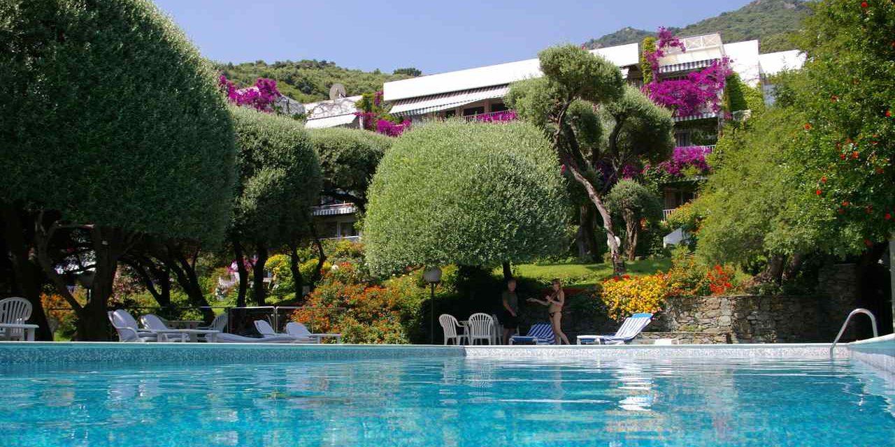 Hotel Pietracap Bastia Corsica Frankrijk zwembad achterzijde hotel bougainville