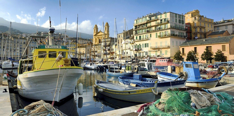 Bastia Corsica Frankrijk haven vissersboten visnetten kade