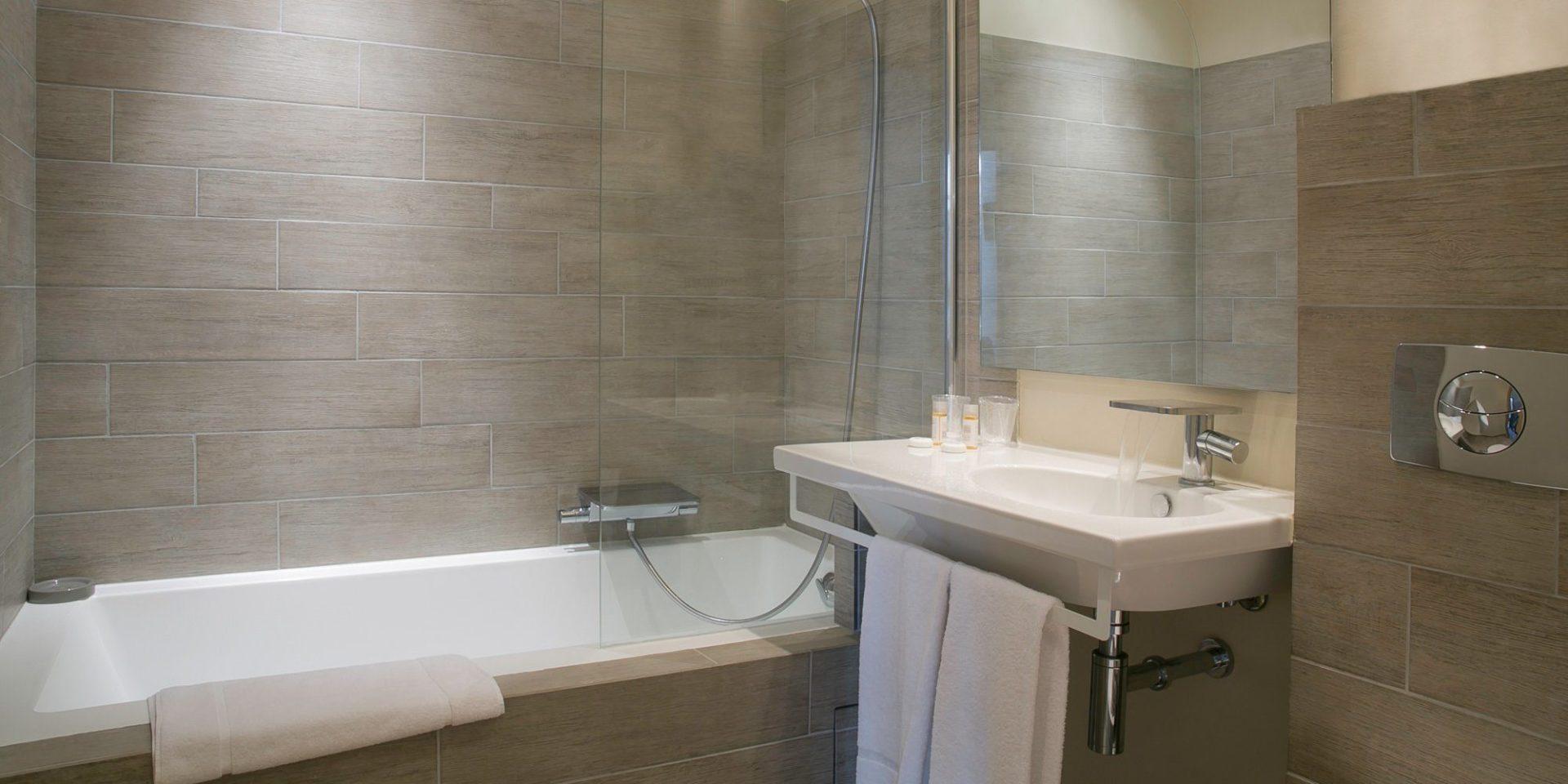 Best Western Hotel du Roy d'Aragon Bonifacio Corsica Frankrijk junior suite badkamer
