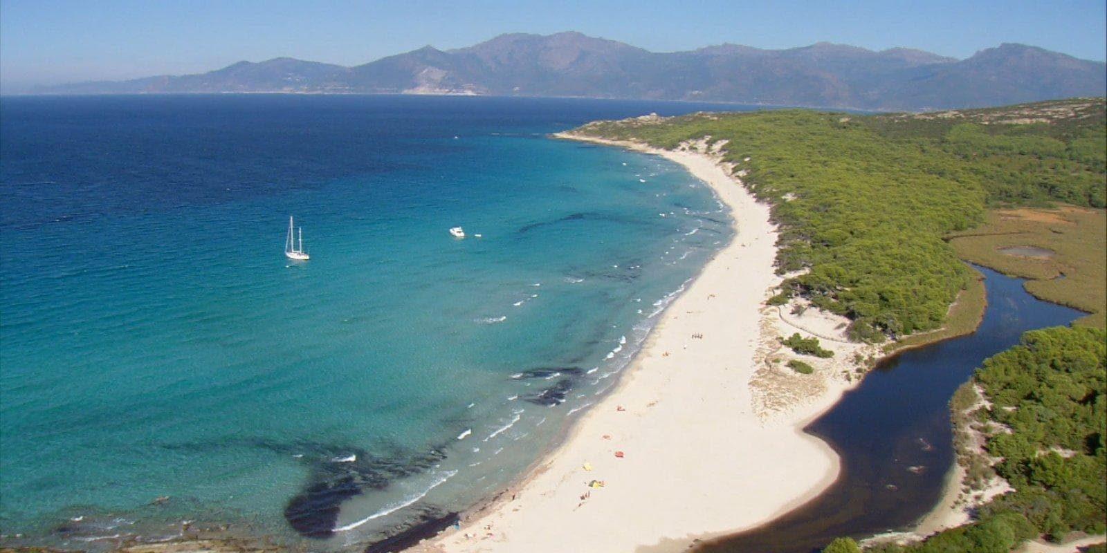 Desert des Agriates Corsica Frankrijk De groene woestijn luchtfoto zee strand tropisch zeilboot