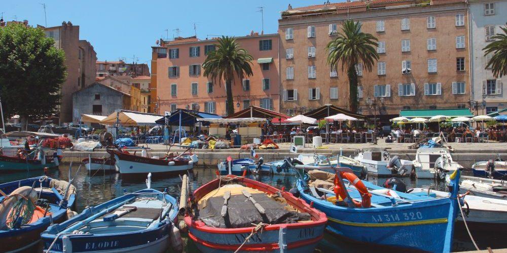 Ajaccio Corsica Frankrijk hoofdstad Napoleon haven vissersbootjes palmbomen