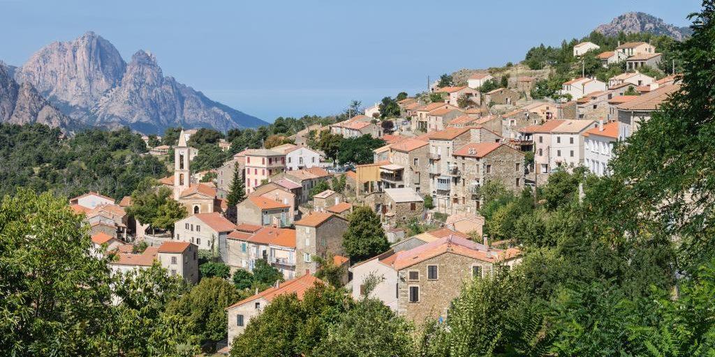 Feliceto Corsica Frankrijk stad klokkentoren heuvel bergen