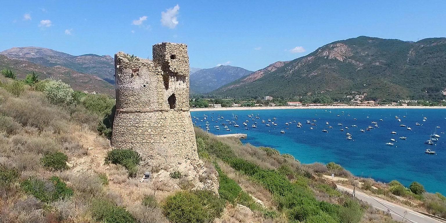 Golfe de Sagone Corsica Frankrijk Genuese toren zee pleziervaartuigen boten