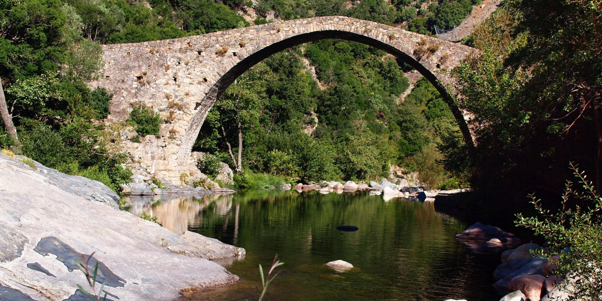 Gorges de la Spelunca Ota Pont de Pianella Corsica Frankrijk Genuese brug water