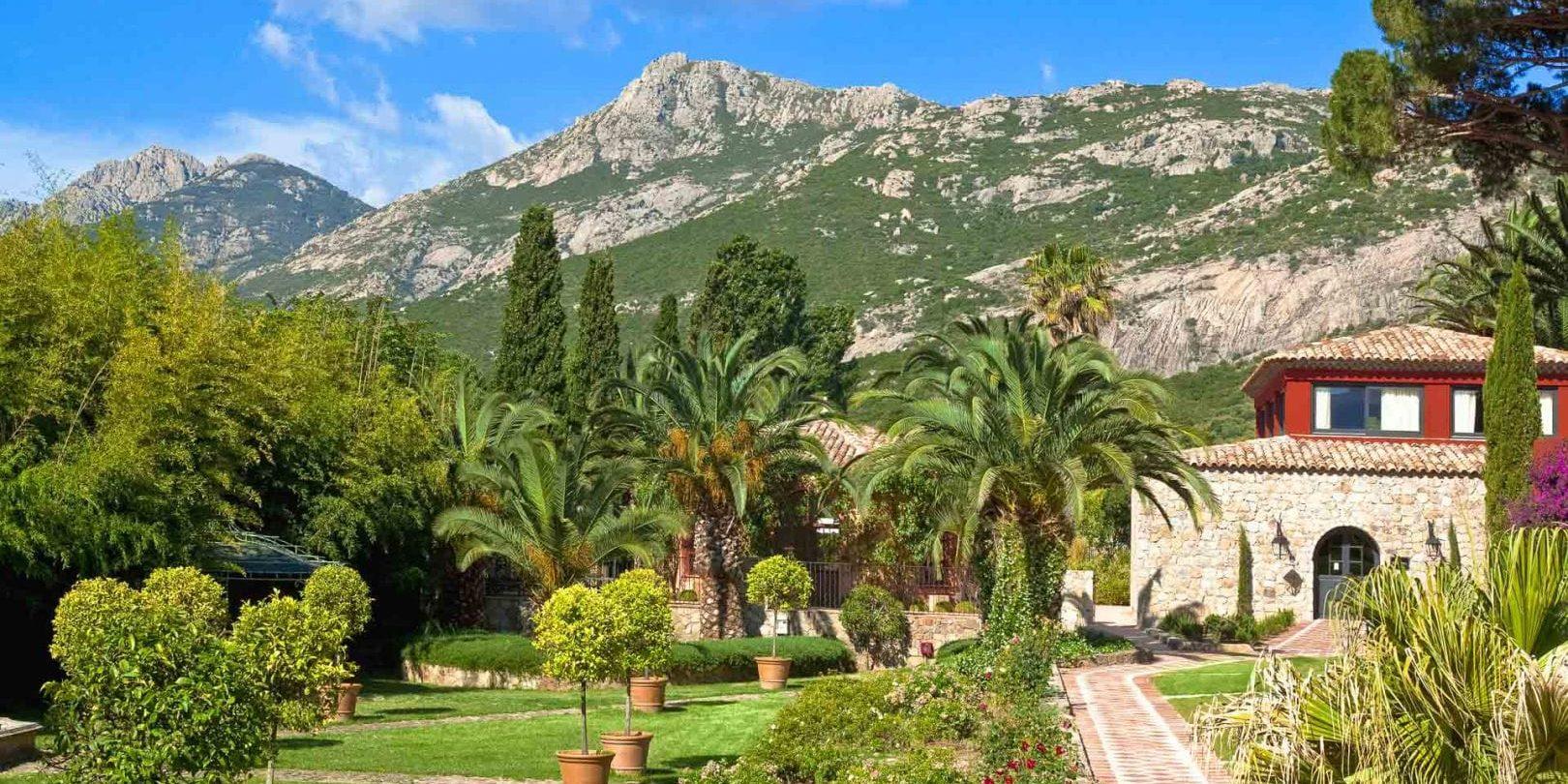 Hotel La Signoria Calvi Balagne Corsica Frankrijk park gebouw bergen