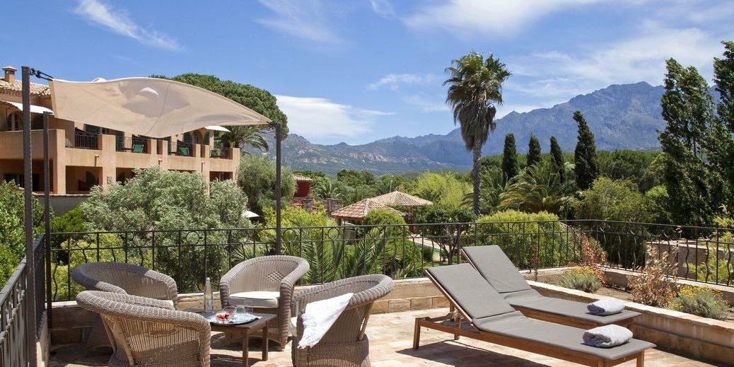 Hotel La Signoria Calvi Balagne Corsica Frankrijk terras loungebedden schaduwdoek