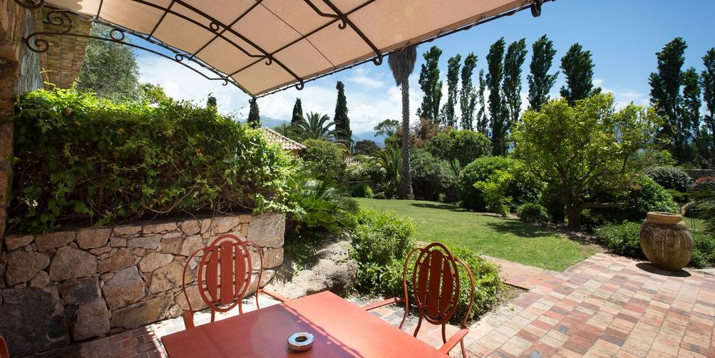 Hotel La Signoria Calvi Balagne Corsica Frankrijk terras overkapping tuin
