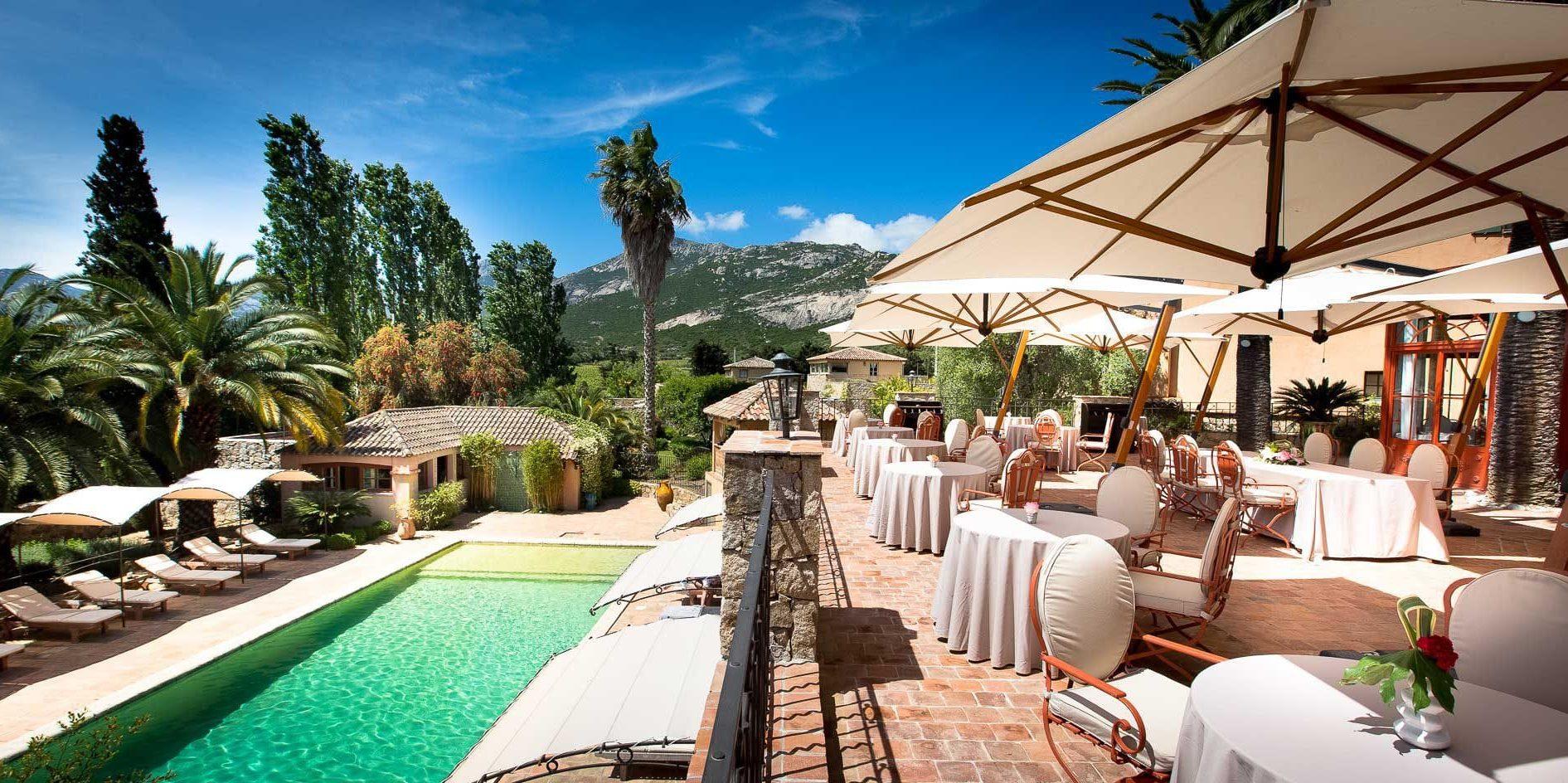 Hotel La Signoria Calvi Balagne Corsica Frankrijk terras parasols zwembad park bergen