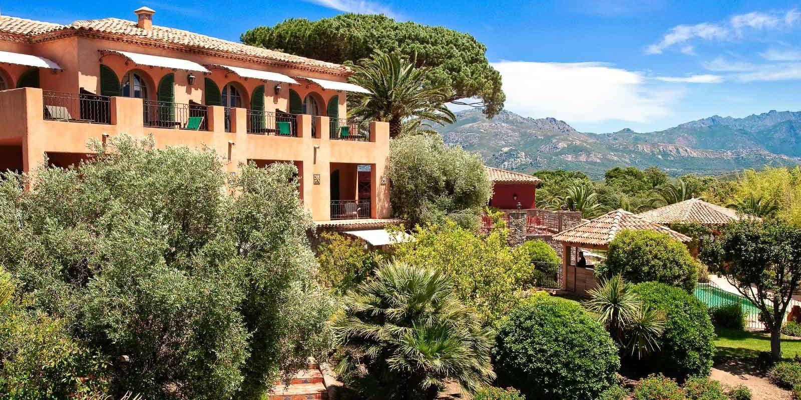 Hotel La Signoria Calvi Balagne Corsica Frankrijk palmen gebouw tuin park bergen