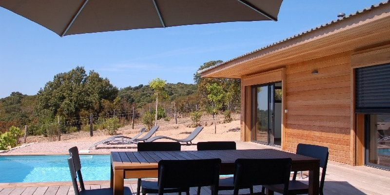 Les Villas de Lorello Porticcio Corsica Frankrijk terras teakhout parasol