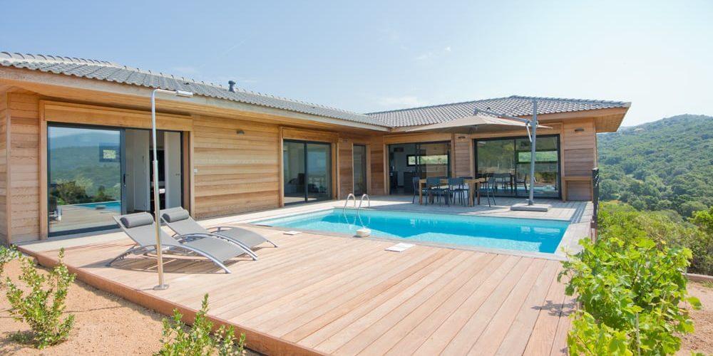 Les Villas de Lorello Porticcio Corsica Frankrijk villa Les Arbousiers zwembad terras ligbedden