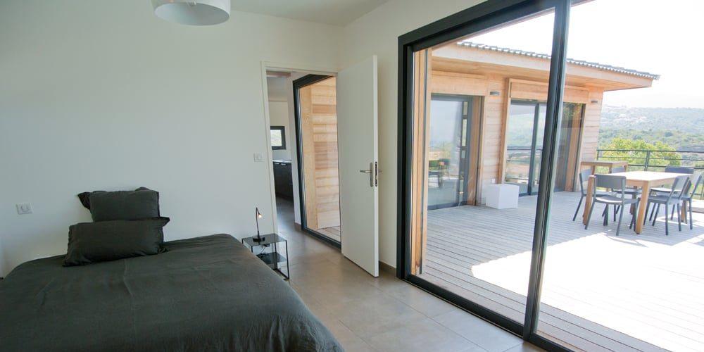 Les Villas de Lorello Porticcio Corsica Frankrijk villa Les Arbousiers slaapkamer terras