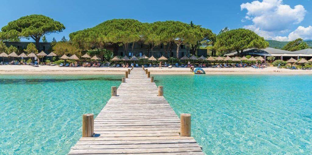 Hotel Pavillons Résidence Moby Dick Plage de Santa Giulia Porto Vecchio Corsica steiger strand paillottes rieten parasols