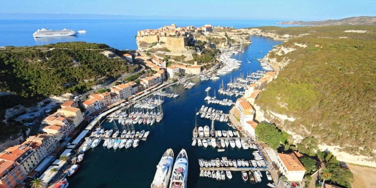 Bonifacio Corsica Frankrijk falaises kliffen kalkrotsen haven citadel zee ferry