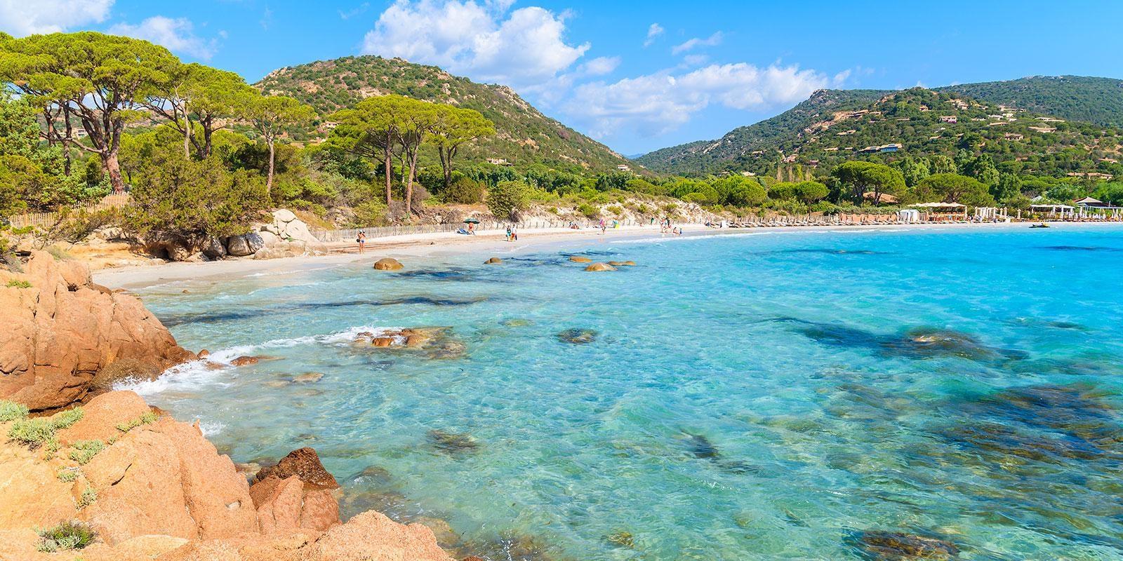 Palombaggia Corsica Frankrijk strand zee restaurant badgasten naaldbomen