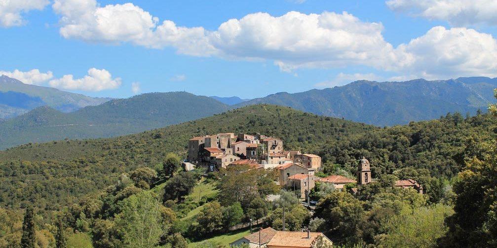 Piedigriggio Corsica Frankrijk dorp klokkentoren heuvels bergen
