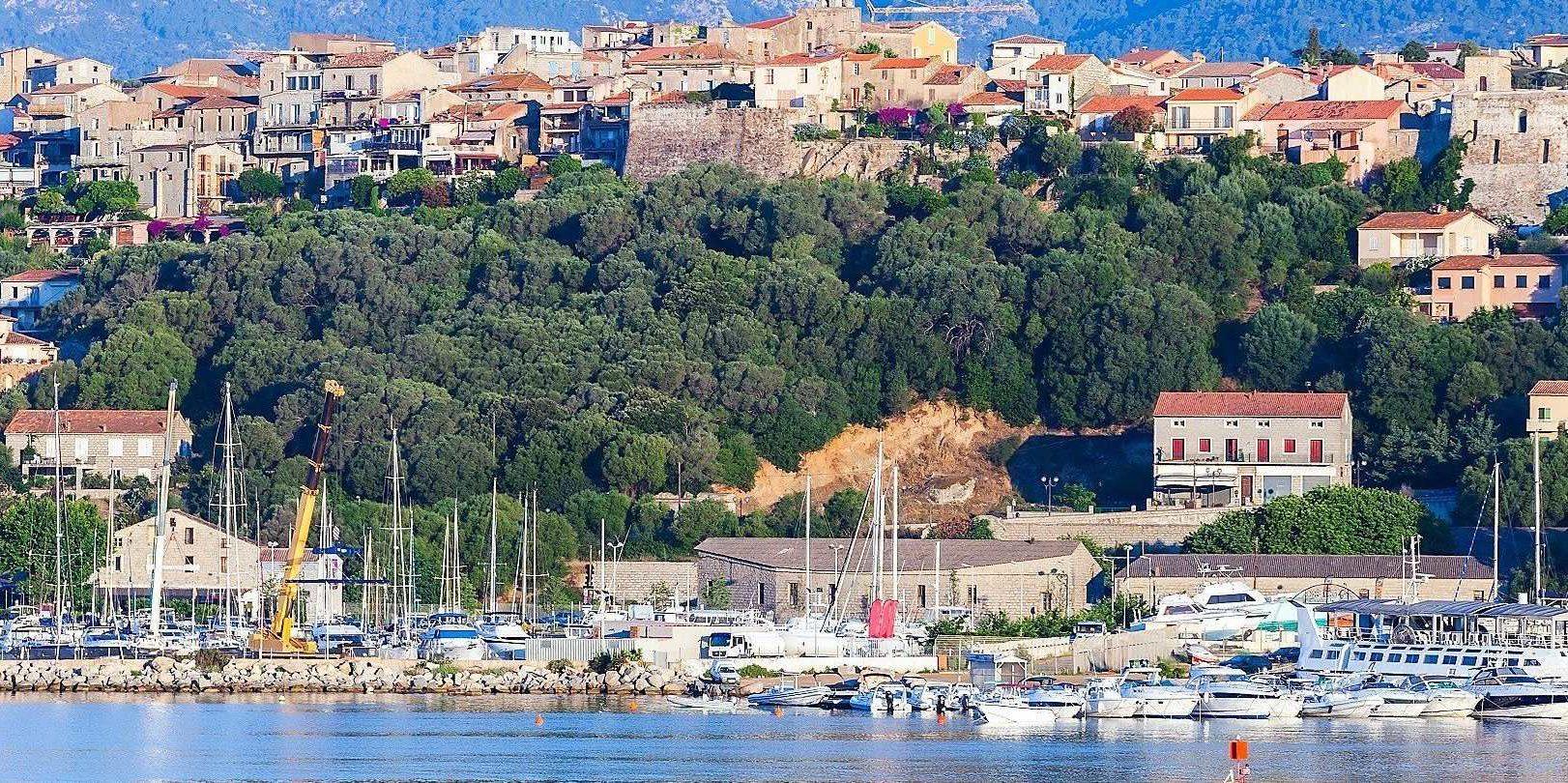 Porto Vecchio Corsica Frankrijk haven oude stad bomen
