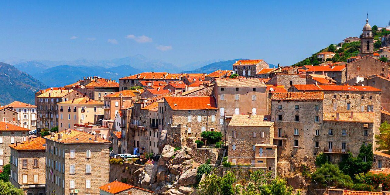 Sartene Corsica Frankrijk zon rode daken klokkentoren heuvels bergen