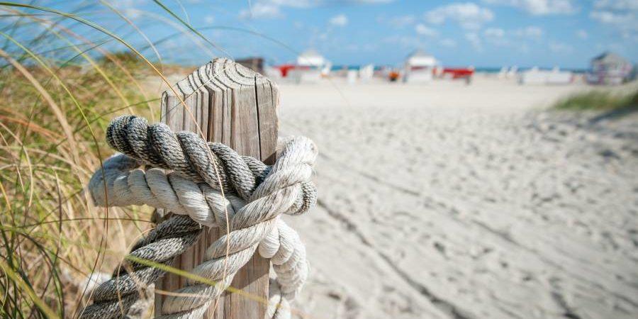 Vakantiepark Marina d'Oru Ghisonaccia Corsica Frankrijk strand zee touw paal detail