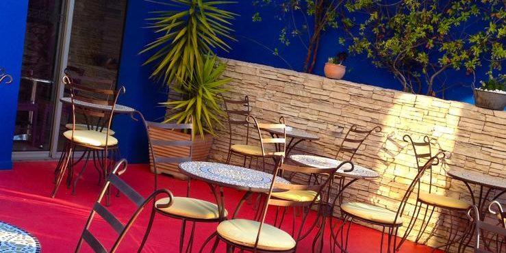 Sud'Hotel Bastia Corsica Frankrijk patio tafels stoelen