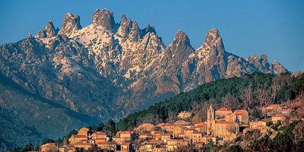 Zonza Corsica Frankrijk stad klokkentoren Aiguilles de Bavella Bavella massief