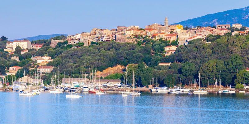 Porto Vecchio Corsica Frankrijk bovenstad oude haven plezierjachten heuvel