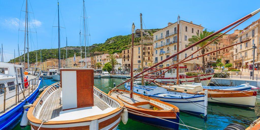 Bonifacio Corsica Frankrijk haven boten kleurrijk kade huizen