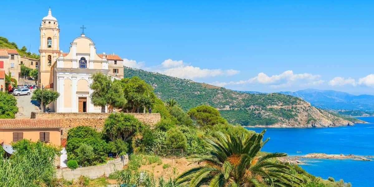 Cargese Corsica Frankrijk Grieks-Orthodox Rooms-Katholiek kerken pamboom zee