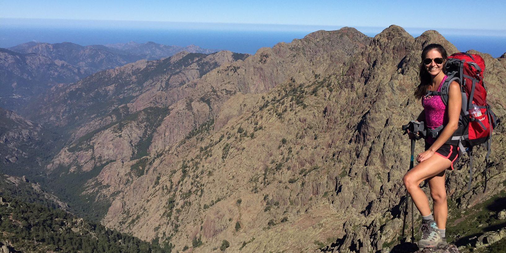 Corsica Frankrijk GR20 wandelen trekking vrouw bergen backpack