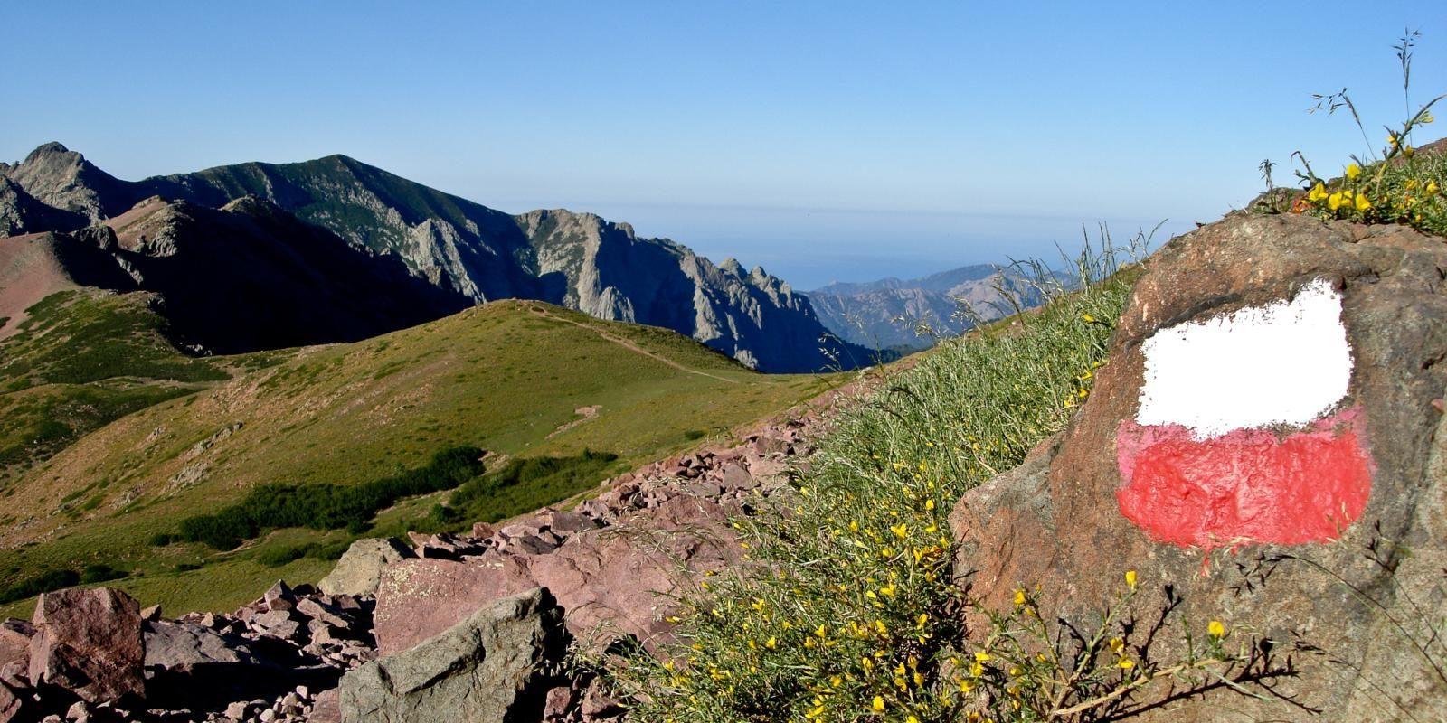 Corsica Frankrijk GR20 wandelen trekking sign wegwijzer rots vallei