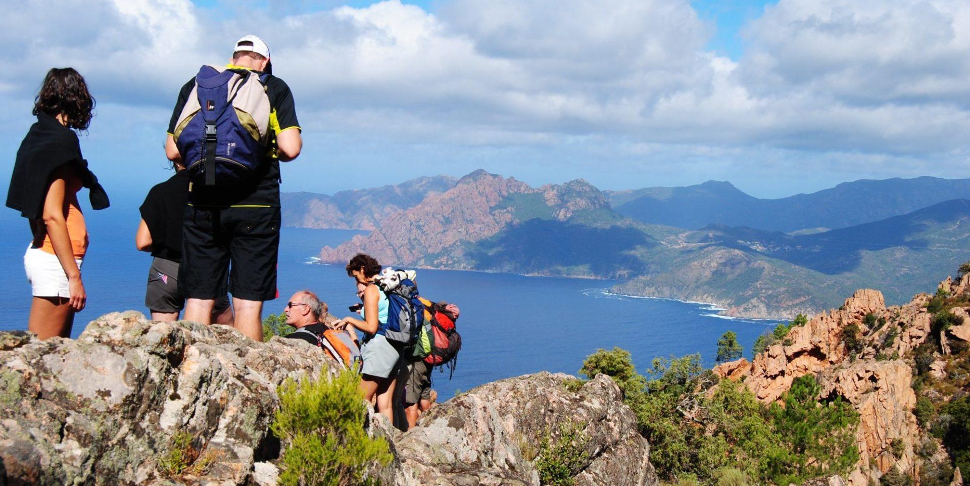 Corsica Frankrijk wandelen trekking Calanques de Piana familie groep bergen zee