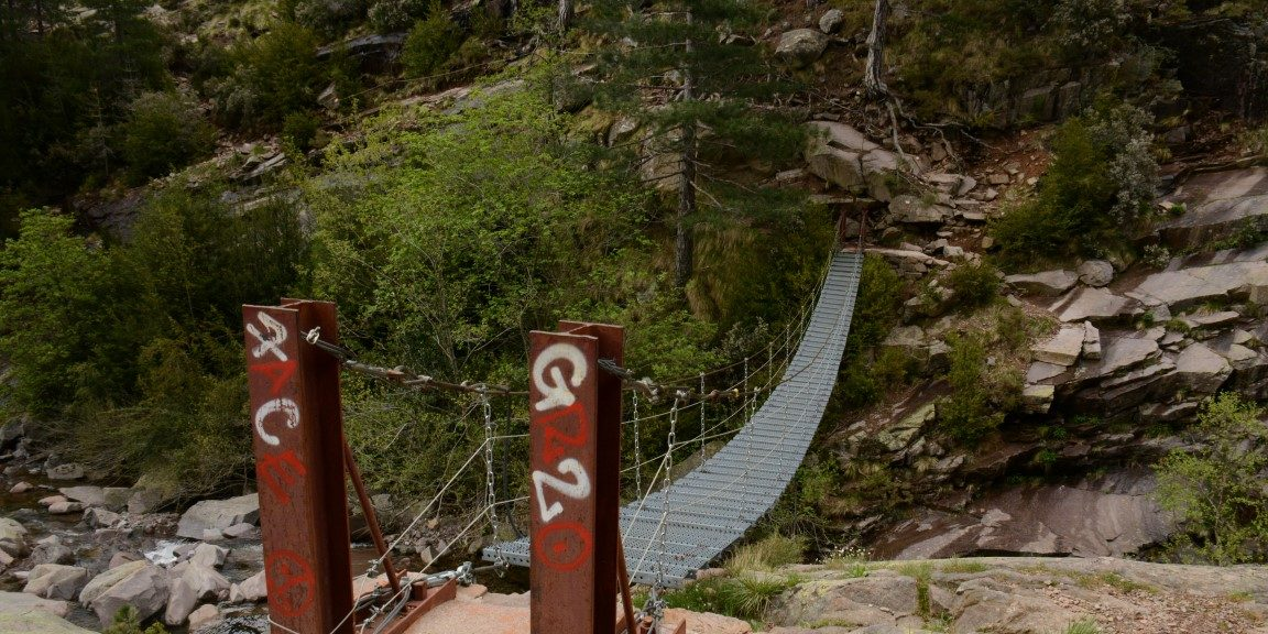 GR 20 Corsica Frankrijk trekking wandelen loopbrug rotsen bergen rivier