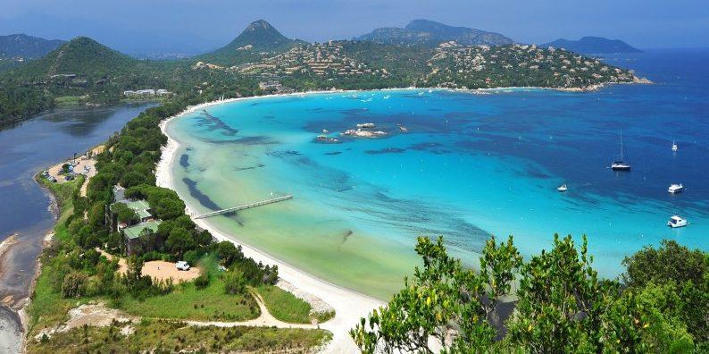 Hotel Moby Dick Plage de Santa Giulia Porto-Vecchio Corsica Frankrijk lagune zee strand zeilboot