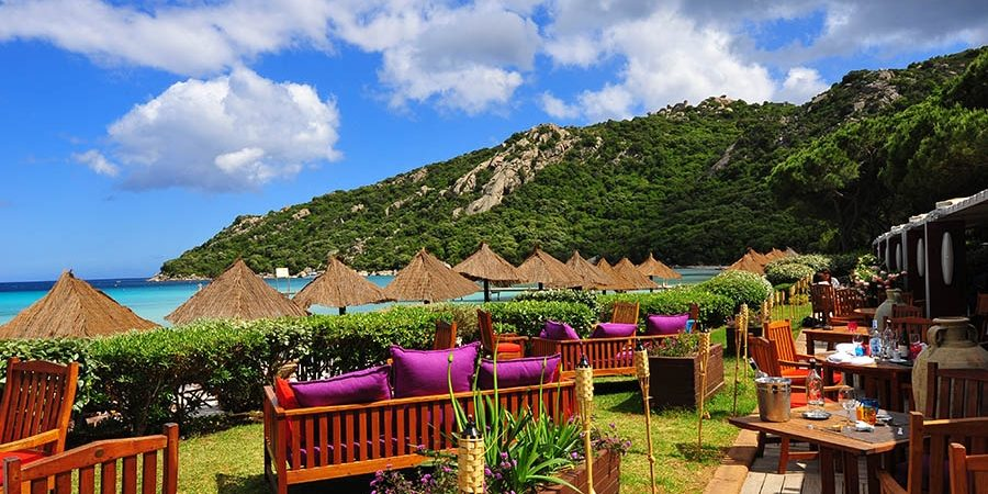 Hotel Moby Dick Plage de Santa Giulia Porto-Vecchio Corsica Frankrijk lounge tuin parasols strand zee