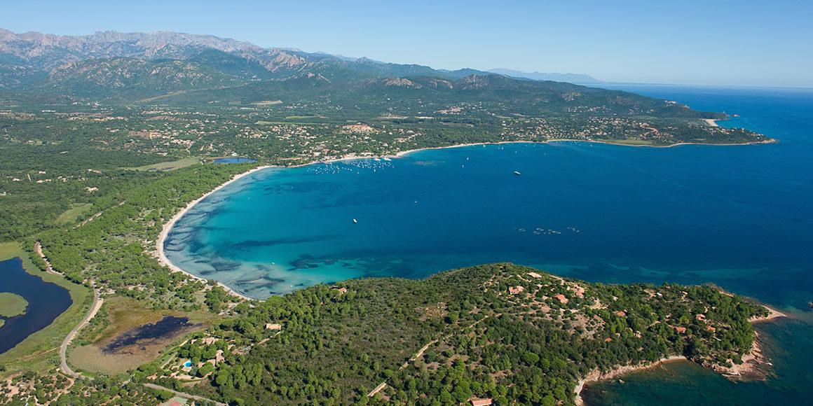 Pinarello Corsica Frankrijk baai strand golf zee heuvels